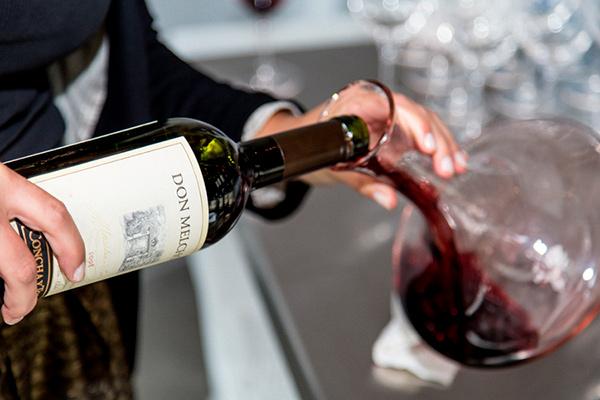 Decantar el vino