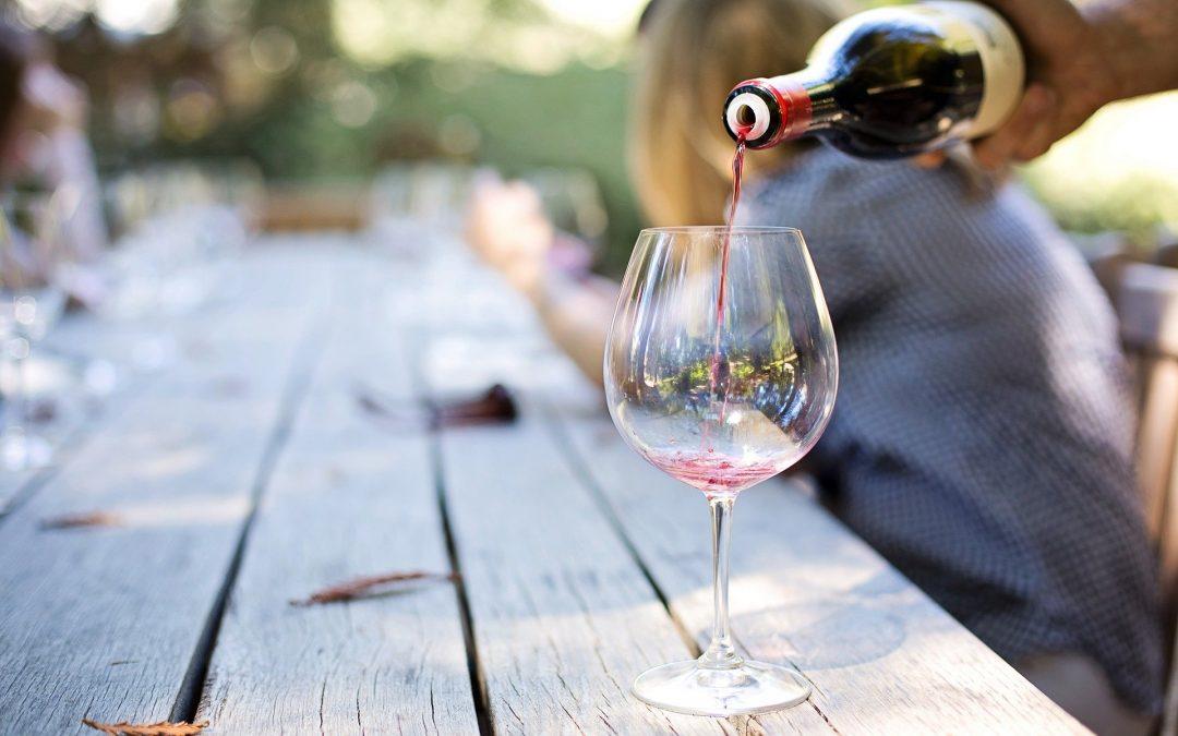 Errores al servir el vino que debes evitar