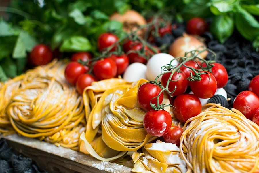 Vino blanco y platos italianos